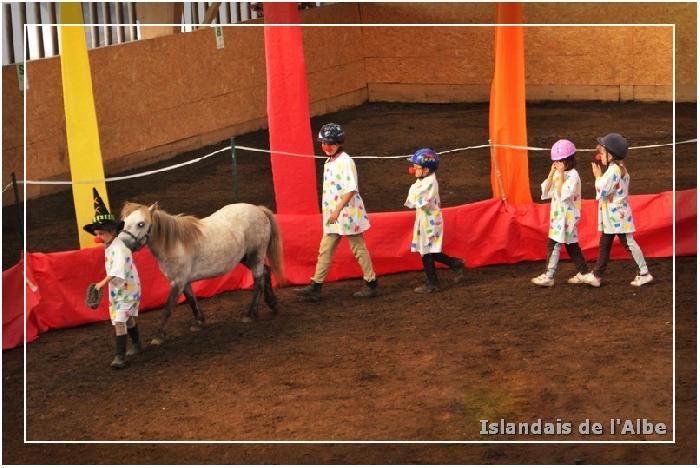 Nils ensorcelle ses camarades et les transforme en cheval